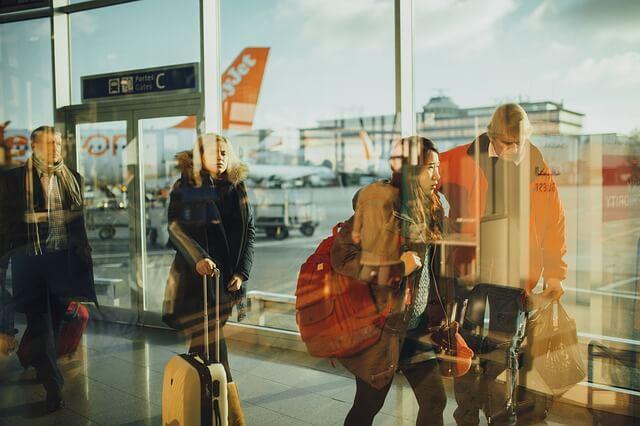 Esperar amb la teva maleta a l'aeroport
